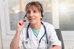 Portret van vrouwelijke arts tijdens online medisch overleg stock foto