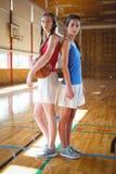 Portret van vrouwelijke basketbalspelers die zich rijtjes bevinden Royalty-vrije Stock Foto's