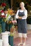 Portret van Vrouwelijke Bloemist Outside Shop Royalty-vrije Stock Afbeeldingen
