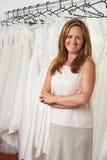 Portret van Vrouwelijke Bruids Opslageigenaar met Huwelijkskleding Stock Afbeeldingen