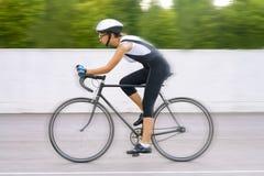 Portret van vrouwelijke fietser op een spoor Stock Afbeeldingen