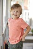 Portret van Vrouwelijke Leerling buiten Klaslokaal op Montessori-School royalty-vrije stock afbeeldingen