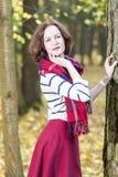 Portret van Vrouwelijke Mannequin Posing in Autumn Forest Outdoor Royalty-vrije Stock Fotografie