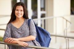 Portret van Vrouwelijke Middelbare schoolstudent Outdoors stock afbeeldingen