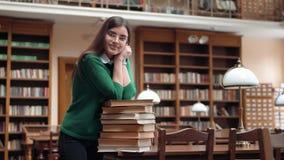 Portret van vrouwelijke student in bibliotheek stock videobeelden
