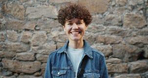 Portret van vrouwelijke student het lachen buitenkant die camera bekijken die pret hebben stock video