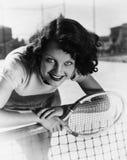 Portret van vrouwelijke tennisspeler bij het net (Alle afgeschilderde personen leven niet langer en geen landgoed bestaat Leveran Royalty-vrije Stock Foto