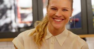 Portret van vrouwelijke uitvoerend hebbend hamburger 4k stock videobeelden