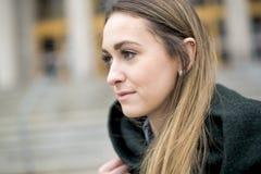 Portret van Vrouwelijke Universitaire Student Outdoors On Campus stock afbeeldingen