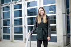 Portret van Vrouwelijke Universitaire Student Outdoors On Campus stock foto's