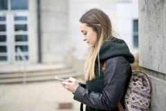 Portret van Vrouwelijke Universitaire Student Outdoors On Campus royalty-vrije stock foto