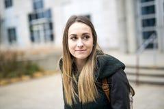 Portret van Vrouwelijke Universitaire Student Outdoors On Campus royalty-vrije stock foto's