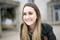 Portret van Vrouwelijke Universitaire Student Outdoors On Campus royalty-vrije stock afbeeldingen