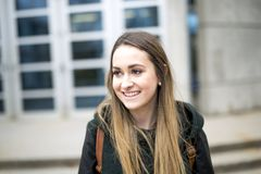 Portret van Vrouwelijke Universitaire Student Outdoors On Campus royalty-vrije stock fotografie