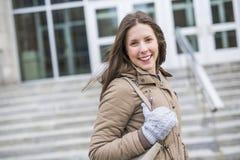 Portret van Vrouwelijke Universitaire Student Outdoors On Campus stock fotografie