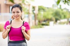 Portret van Vrouwelijke Universitaire Student Outdoors On Campus stock afbeelding