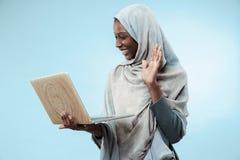 Portret van Vrouwelijke Universitaire Student Working op laptop stock afbeeldingen