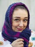 Portret van vrouwen dichte omhooggaand met een sjaal op haar hoofd Stock Foto