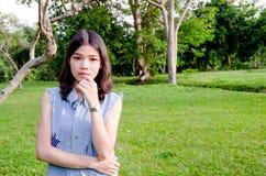 Portret van vrouwen die openlucht groen op achtergrond stellen Royalty-vrije Stock Foto