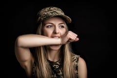 Portret van vrouwenmilitairen in militaire kledij op zwarte achtergrond vrees en honger stock afbeelding