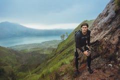 Portret van wandelaarmens het stellen op de berg, vrijheidsconcept A Stock Afbeeldingen