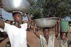Portret van water die de Meisjes van Ghanezen, Ghana vervoeren Stock Afbeelding