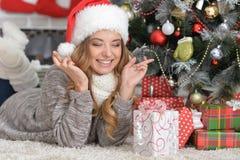 Portret van weggegaane vrouw in Kerstmanhoed stock afbeeldingen
