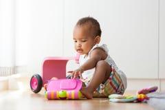 Portret van weinig Afrikaanse Amerikaanse meisjezitting op F royalty-vrije stock fotografie