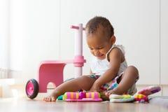 Portret van weinig Afrikaanse Amerikaanse meisjezitting op F stock foto