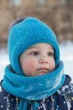 Portret van weinig jongen in de winter in openlucht Royalty-vrije Stock Foto's