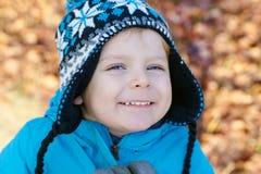 Portret van weinig jongen van twee jaar openlucht Royalty-vrije Stock Foto