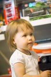 Portret van weinig Kaukasisch meisje bij de stuk speelgoed opslag Royalty-vrije Stock Foto