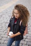 Portret van weinig krullend hipstermeisje in glazen met koffie Stedelijke stijl De herfst Royalty-vrije Stock Fotografie