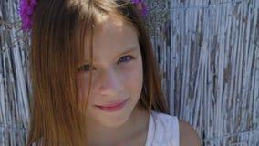 Portret van weinig leuk meisje met mooie ogen op de achtergrond 4K stock video