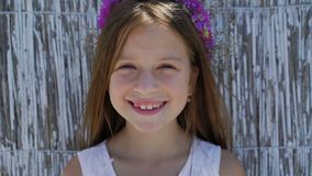 Portret van weinig leuk meisje met mooie ogen op de achtergrond 4K stock footage