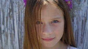 Portret van weinig leuk meisje met mooie ogen op de achtergrond 4K stock videobeelden
