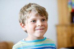 Portret van weinig leuke jongen van het schooljonge geitje in kleurrijke kleren Gelukkig positief kind stock afbeelding