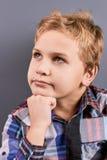Portret van weinig peinzende jongen Stock Foto