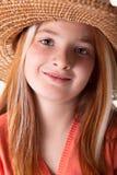 Portret van weinig roodharig meisje met sproeten en een strohoed stock fotografie