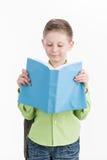 Portret van weinig schooljongen met boek op witte achtergrond Royalty-vrije Stock Foto
