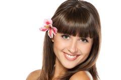 Portret van wijfje met bloem over haar oor stock afbeelding