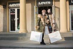 Portret van winkelende meisjes Royalty-vrije Stock Foto's