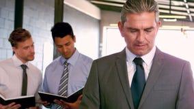 Portret van zakenlieden die zich voor van collega's bevinden stock videobeelden