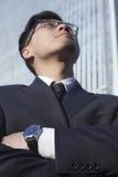 Portret van zakenman door het wereldhandelscentrum in Peking, China Royalty-vrije Stock Foto