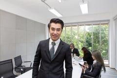 Portret van zakenman in het bureau Aziatische zakenman bij me stock foto's