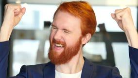 Portret van zakenman het vieren succes stock videobeelden