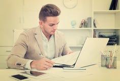 Portret van zakenman het werken in modern bureau stock afbeelding