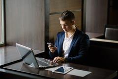Portret van zakenman het zien op zijn smartphone in koffie Stock Fotografie