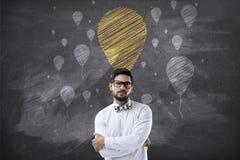 Portret van zakenman met gekruiste wapens en de pictogrammen van de krijtballon Stock Foto's