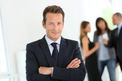 Portret van zakenman op kantoor stock afbeelding
